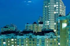 Lune dans le ciel nocturne au-dessus de la ville Image stock