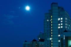 Lune dans le ciel nocturne au-dessus de la ville Photo libre de droits