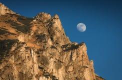 Lune dans les roches images stock
