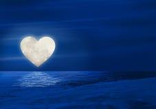 Lune de coeur au-dessus de l'eau Photographie stock libre de droits