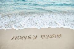 Lune de miel de Word écrite sur la plage Image stock