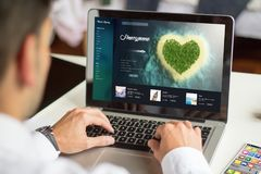lune de miel de planification d'homme d'affaires avec l'ordinateur Photographie stock