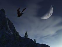 Lune de nuit au-dessus d'aigle de montagne Image stock