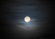 Lune en ciel nuageux Photo libre de droits