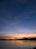 Lune en croissant au-dessus de lac Photographie stock libre de droits