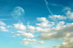 Lune et Cloudscape photographie stock