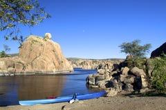 Lune et kayak au lac watson Photographie stock