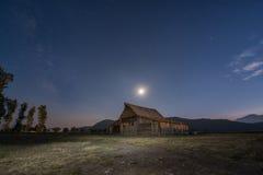 Lune et manière laiteuse au-dessus de grange de Moulton Photographie stock