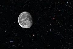 Lune gibbbeuse de affaiblissement parmi les étoiles image libre de droits
