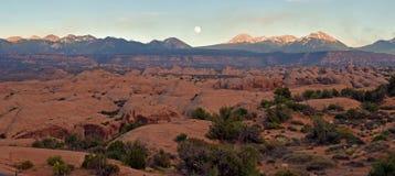 Lune grande-angulaire de coucher du soleil de désert Photos stock
