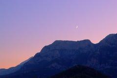 Lune neuve au-dessus de montagnes Images stock