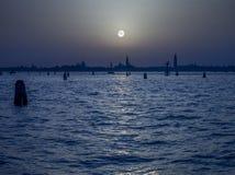 Lune pâle au-dessus de Venise Italie Images libres de droits
