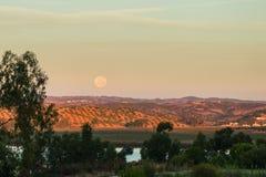 Lune plaçant au-dessus du Portugal Photo libre de droits