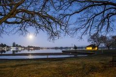 Lune réfléchie sur un lac Photographie stock libre de droits