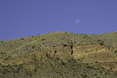 Lune se levant au-dessus de la colline Image stock