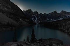 Lune se levant au-dessus de la moraine de lac Image libre de droits