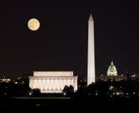 Lune se levant dans le Washington DC photos stock
