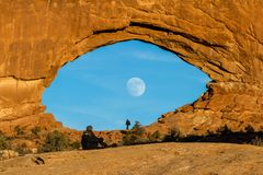 Lune se levant par la fenêtre du nord images stock