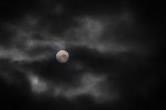 Lune sous des nuages Photo libre de droits