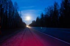 Lune sous des ?toiles de nuit de route photo libre de droits