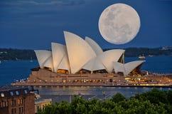 Lune superbe au-dessus de Sydney Opera House Photographie stock