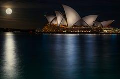 Lune superbe au théatre de l'opéra - Sydney, Australie Photo stock