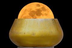 Lune superbe dans la cuvette d'aumône photos stock