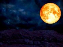 lune superbe de sang bleu au-dessus de montagne de pierre de granit Photos libres de droits