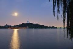Lune superbe et le Dagoba blanc sur l'île de Qionghua Photographie stock libre de droits