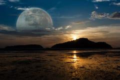 Lune superbe, lever de soleil sur l'île, marée en bas de la plage jusque Image libre de droits