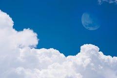 Lune sur le ciel bleu Images stock