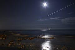 Lune sur le récif Images stock