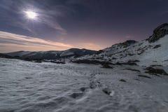 Lune sur les montagnes images libres de droits