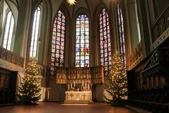 Luneburg, Γερμανία - 10 12 2017: Βωμός Χριστουγέννων στην καθολική εκκλησία και λεκιασμένο γυαλί πίσω από το στοκ φωτογραφία
