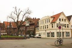 Luneburg, Γερμανία - 10 12 2017: Μεσαιωνικά παραδοσιακά ευρωπαϊκά σπίτια στο πεζοδρόμιο πετρών χειμώνας της Ευρώπης στοκ εικόνα με δικαίωμα ελεύθερης χρήσης