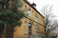 Luneburg, Γερμανία - 10 12 2017: Μεσαιωνικά παραδοσιακά ευρωπαϊκά σπίτια στο πεζοδρόμιο πετρών χειμώνας της Ευρώπης στοκ εικόνες