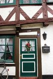 Luneburg, Deutschland - 10 12 2017: Traditionelle Fassaden von mittelalterlichen Häusern Verziert für Weihnachtstüren und -fenste stockfoto