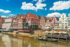 Luneburg, Duitsland: Mening van de dijk met oude historische huizen in traditionele Duitse architectuurstijl stock foto