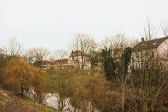 Luneburg, Duitsland - 10 12 2017: Middeleeuwse traditionele Europese huizen en Ilmenau-rivier De winter in Amsterdam stock fotografie