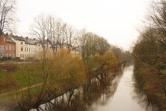 Luneburg Tyskland - 10 12 2017: Medeltida traditionella europeiska hus och Ilmenau flod Europa vinter royaltyfria foton