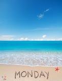 Lunedì su una spiaggia tropicale sotto le nuvole Fotografia Stock Libera da Diritti