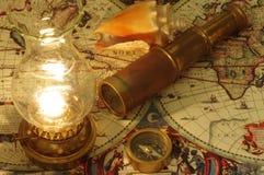 Lunette, boussole, lampe de kérosène et coquillage Photographie stock libre de droits