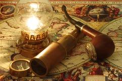 Lunette, boussole, lampe de kérosène et tuyau Photographie stock libre de droits