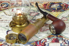 Lunette, boussole, lampe de kérosène et tuyau Photos stock