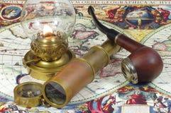 Lunette, Kompass, Kerosinlampe und Rohr Stockfotos