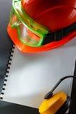 Lunettes, écouteurs et casque rouge Photos libres de droits