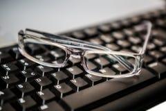 lunettes avec le clavier Photographie stock libre de droits