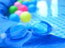 Lunettes bleues de natation Photographie stock libre de droits