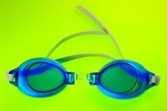 Lunettes bleues de natation Photographie stock