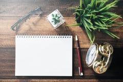 Lunettes, cactus, horloge, stylo et carnet vide pour l'espace de copie sur la table en bois Images libres de droits